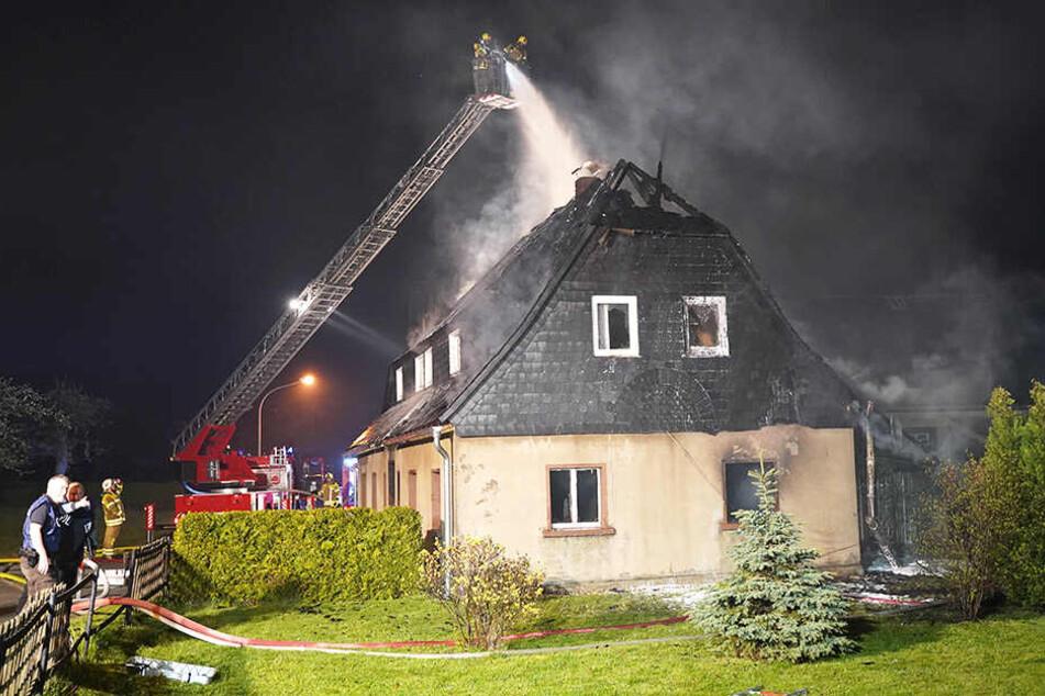Oma (99) bewahrt bei Feuer-Inferno kühlen Kopf