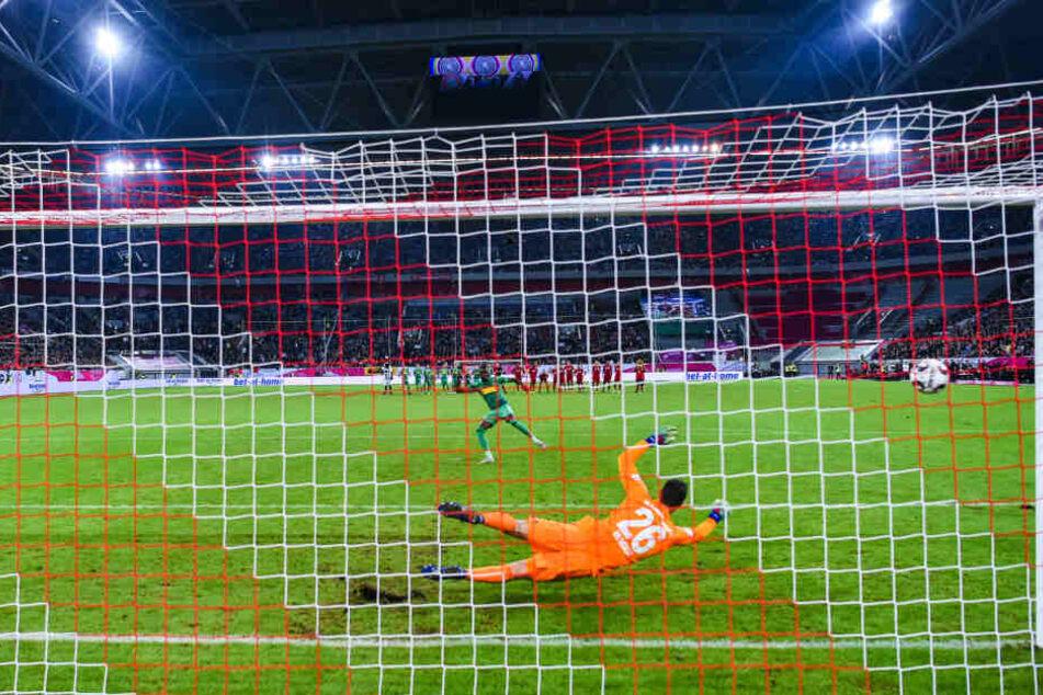 Telekom-Cup Finale gegen Borussia Mönchengladbach im Januar: Bayerns Torwart Sven Ulreich hechtet nach dem Ball während Gladbachs Denis Zakaria gegen den Pfosten schießt. (Archivbild)