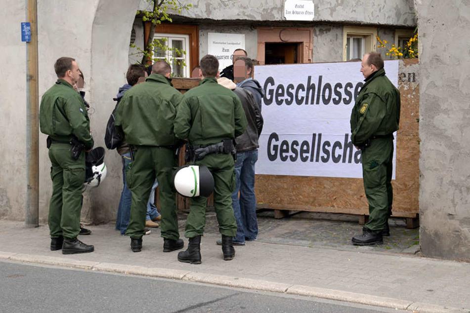 Polizisten vor dem NPD-Bundesparteitag  2013 in Weinheim .