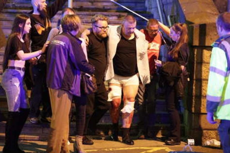 Rettungskräfte transportieren die Konzertbesucher aus der Manchester Arena. Ermittler sprechen von mindestens 59 Verletzten.
