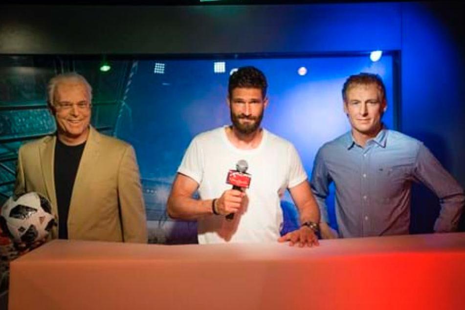 Arne Friedrich zwischen den wächsernen TV-Experten Franz Beckenbauer (72) und Jürgen Klinsmann (53).