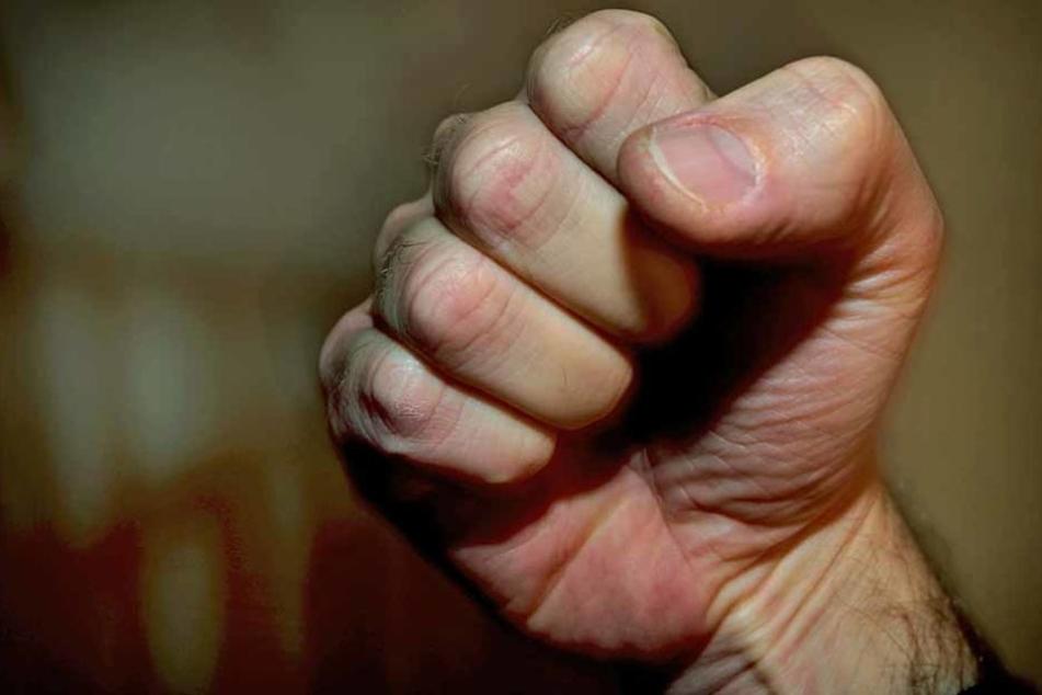 Zwei Männer haben in der Nacht auf Dienstag einen 30-Jährigen in Esslingen verprügelt. (Symbolfoto)