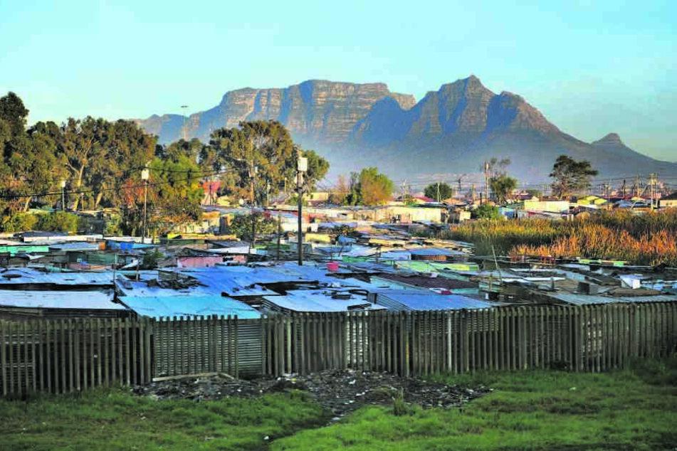 Im Schatten des Kapstädter Tafelbergs leben die Armen oft in einfachsten Wellblechhütten.