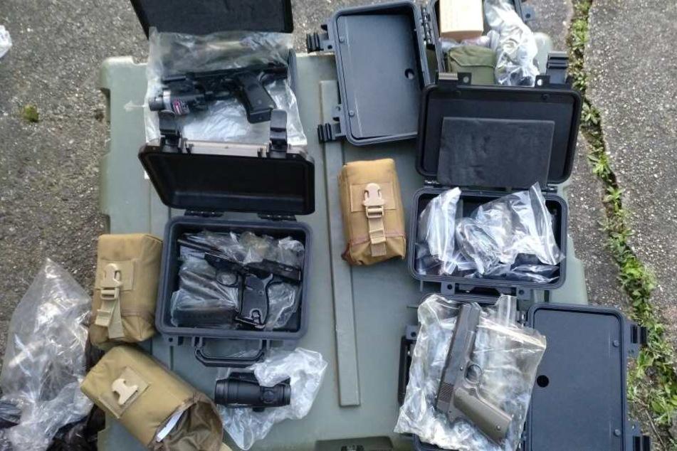 Das Foto zeigt eine Sammlung an Pistolen.