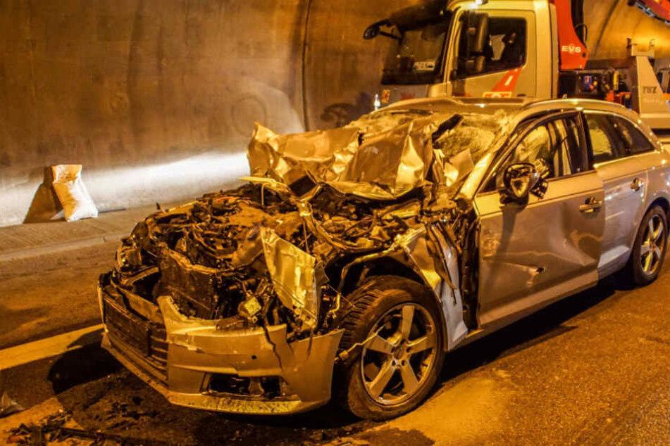 Kilometerlanger Stau: Audi-Fahrerin kracht in Lastwagen
