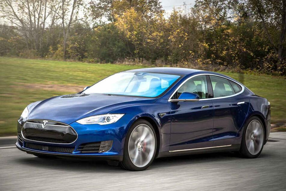 Solch einen Tesla wollte sich der Betrüger laut Anklage unter den Nagel reißen. Zum Glück merkte der Verkäufer noch rechtzeitig den Schwindel.