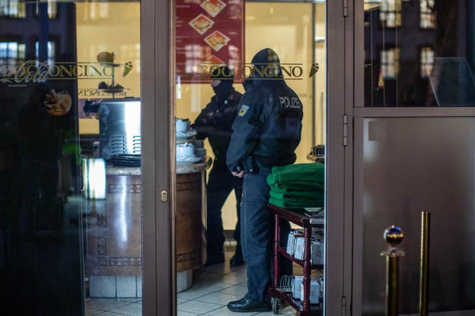 Polizisten stehen bei einer Razzia gegen Mitglieder der italienischen Mafiaorganisation 'Ndrangheta in einem Eiscafé.
