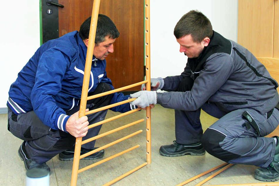 Die Flüchtlinge Astrit Muharemi (links) und Amarildo Kadiu aus Albanien gehören zu einer kleinen Gruppe von Asylbewerbern, die einen Ein-Euro-Job haben.