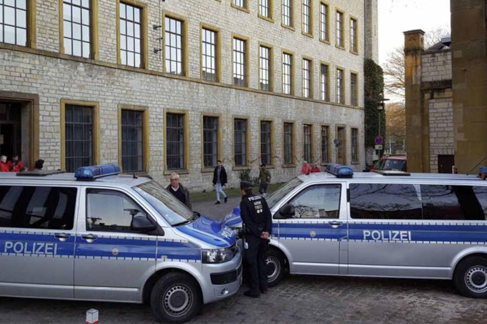 Mit Polizeiwagen wurde die Ravensberger Spinnerei abgesichert.