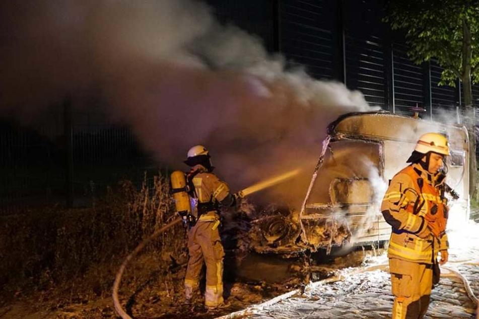 Die Feuerwehr löschte die Flammen, konnte den Anhänger aber nicht retten.