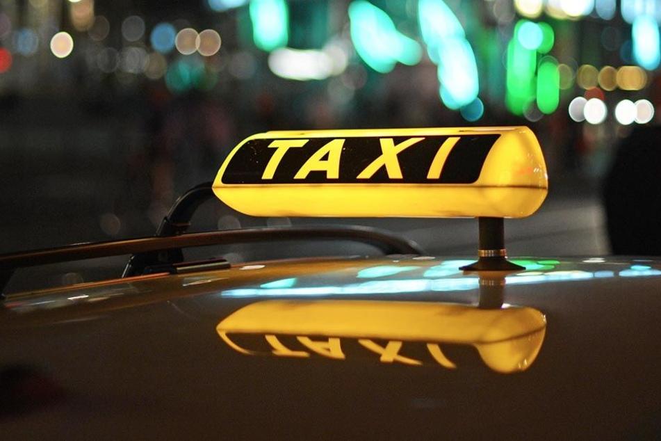 Die Frau behauptet, die Männer seien zu ihr ins Taxi gestiegen und hätten sie später vergewaltigt.