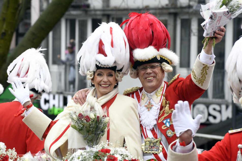 Kölns Oberbürgermeisterin Henriette Reker (l), fährt auf dem Wagen der Roten Funken im diesjährigen Rosenmontagszug mit.
