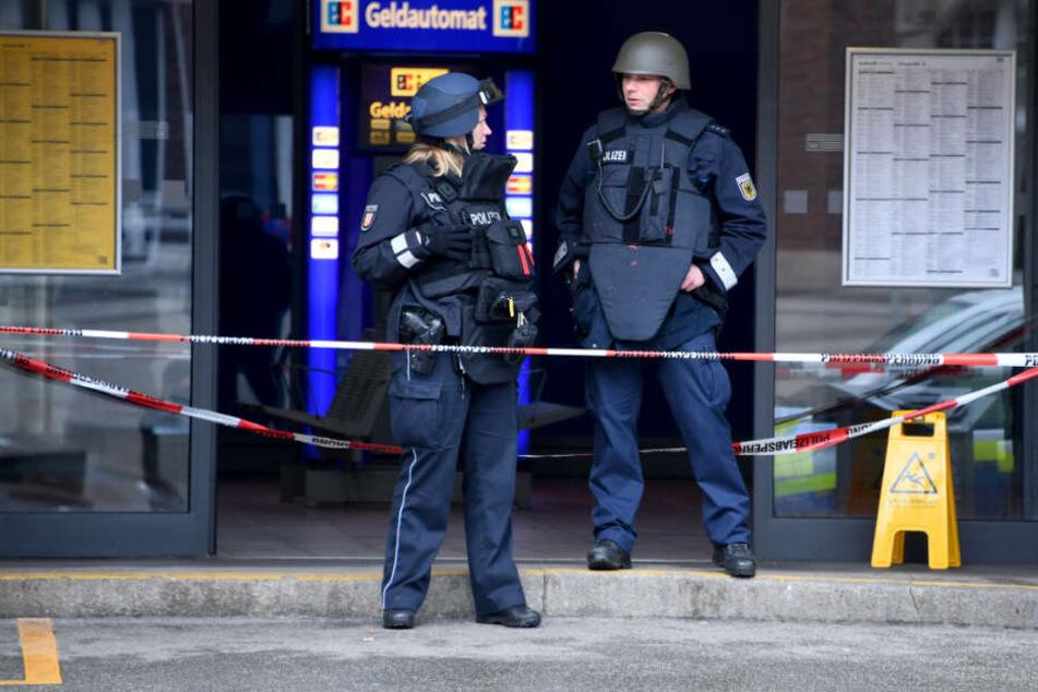 Zwei Polizeibeamte stehen am Eingang eines Bahnhofs. (Symbolfoto)