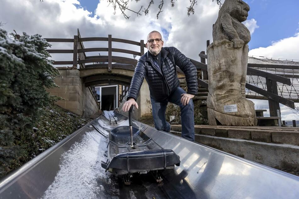 Betreiber Jörg Hammer (51) ist glücklich: Bald kann auch seine Sommerrodelbahn wieder laufen.