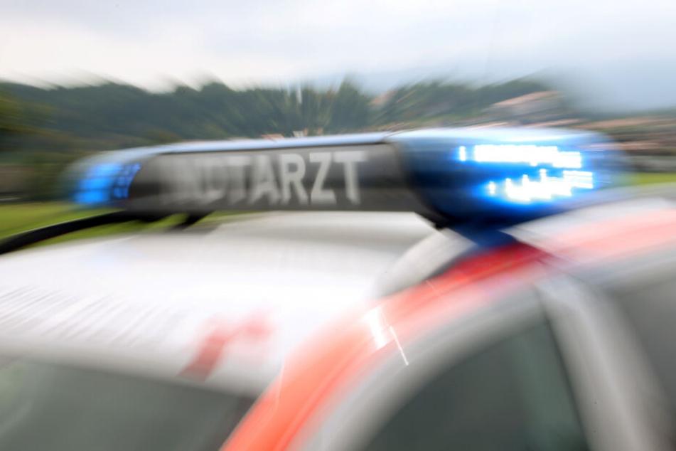 Der Mann sowie seine beiden Kinder wurden ins Krankenhaus gebracht (Symbolfoto).
