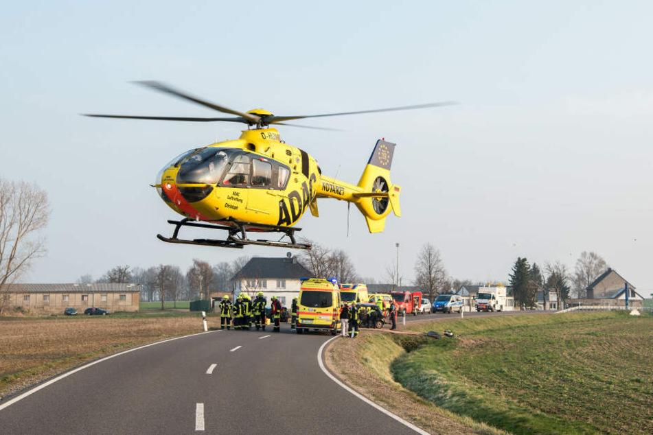 Ein Verletzter wurde mit einem Rettunsghubschrauber ins Krankenhaus gebracht werden.