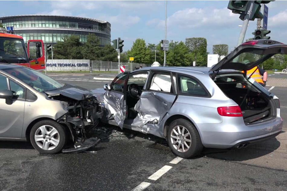 Die Fahrerin prallte mit ihrem Auto auf der Kreuzung mit einem anderen Wagen zusammen.