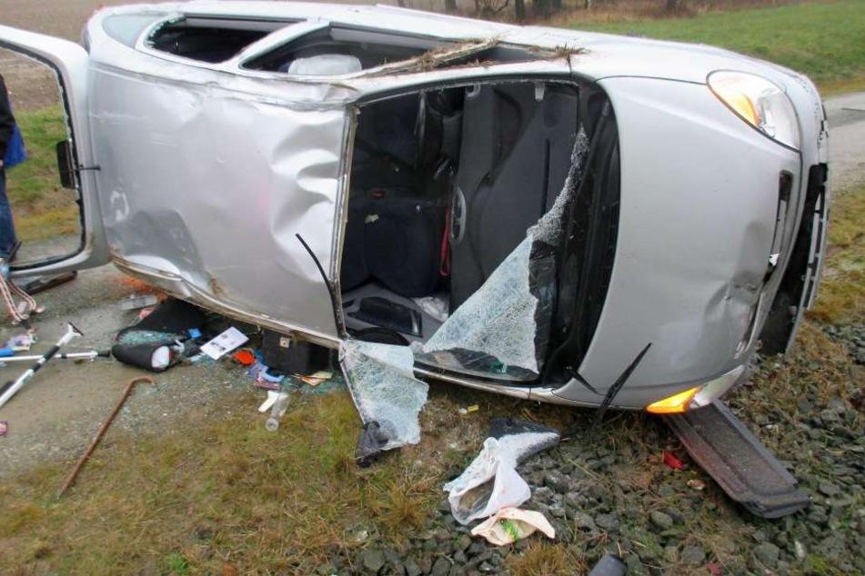 Das Auto überschlug sich im Straßengraben.