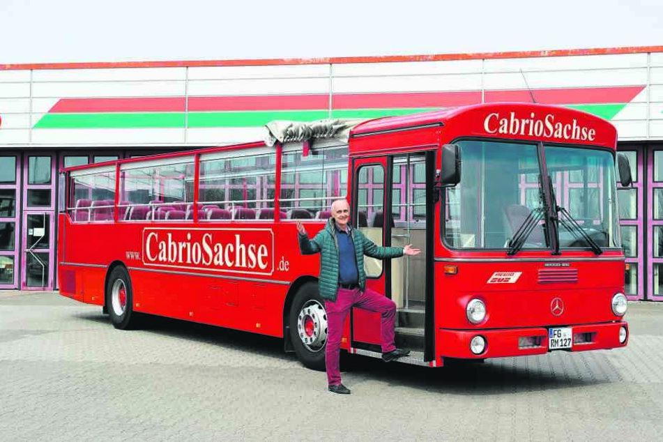 """So sieht er aus, der Cabrio-Bus, der bald durch Chemnitz rollt. Noch hält er """"Winterschlaf"""" bei Betriebsstättenleiter Ivica Boskovic (50) in Döbeln."""