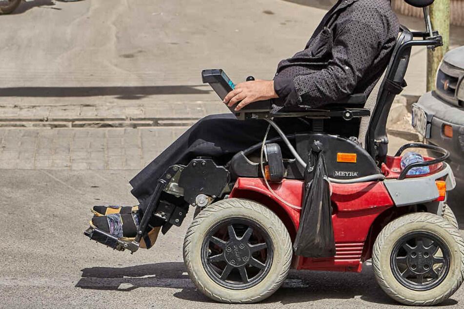 Der 86-Jährige war mit dem Rollstuhl auf der Straße unterwegs. (Symbolbild)