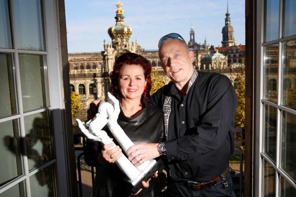 Gala-Initiatiorin Viola Klein (57) und Hope-Gründer Stefan Hippler (56)  machen mit dem Kaffernbüffel, der am Samstag über die Bühne läuft, schon mal  Bekanntschaft.