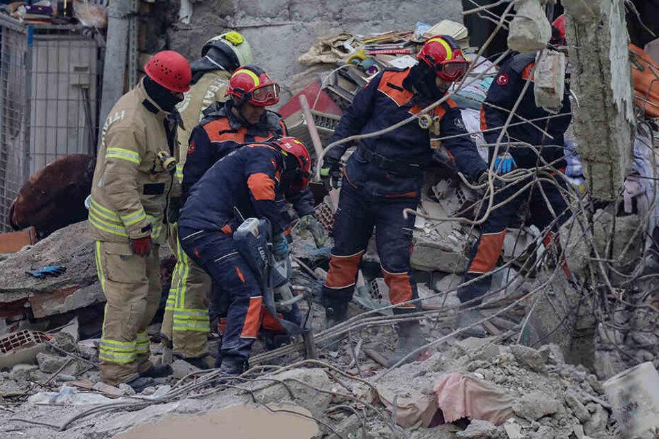 Ein fünfjähriges Mädchen und ein neunjähriger Junge überleben, aber es könnten noch viele Menschen unter dem Geröll begraben liegen.
