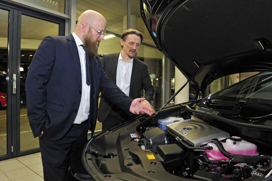 Motorhaube ohne Motor: Toni Köhler (l.) und Thomas von Unwerth staunen über die Technik des Toyota Mirai.