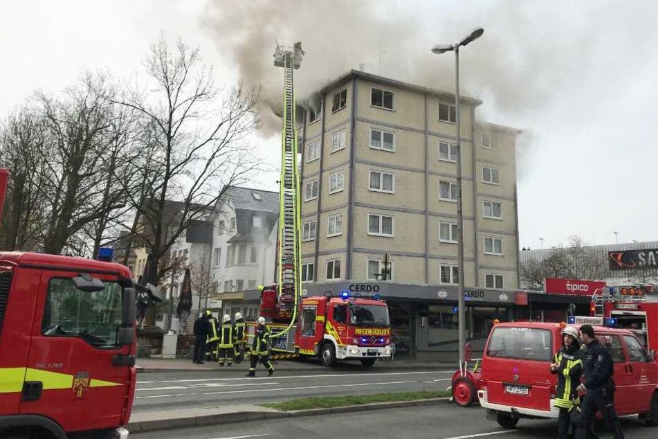 Mehrfamilienhaus steht in Flammen: Fünf Personen verletzt