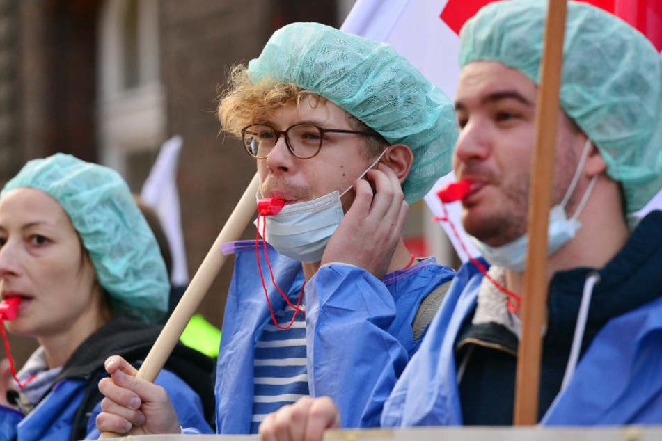 Die Mitarbeiter des Kreiskrankenhauses Stollberg wollen am Mittwoch streiken. Auch an der Berliner Charité gab es im vergangenen Jahr Streiks (Archivbild vom 18.9.2017).