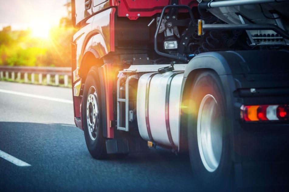 Warum der Pkw-Fahrer auf den Laster auffuhr, ist bislang noch unklar (Symbolbild).