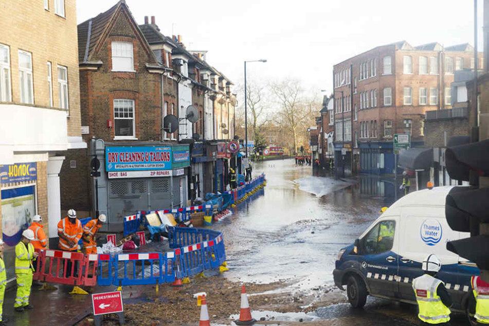 Bewohner und Rettungskräfte kämpften in Hackney gemeinsam gegen eine Überschwemmung.