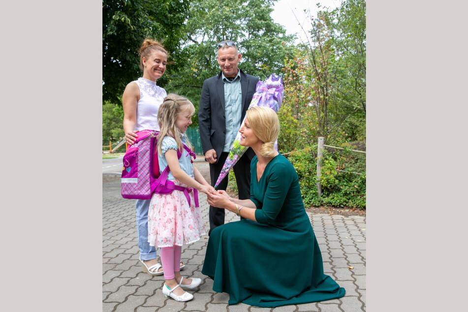 Schulleiterin Caterina Frohberg (r., 39) hatte die Schulanfänger Samstag bei sich in der 120. Grundschule aufgenommen.