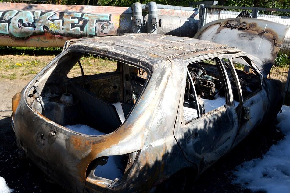 """Der ausgebrannte Ford war vor seiner """"Entsorgung"""" noch in eine wilde Verfolgungsjagd verwickelt."""