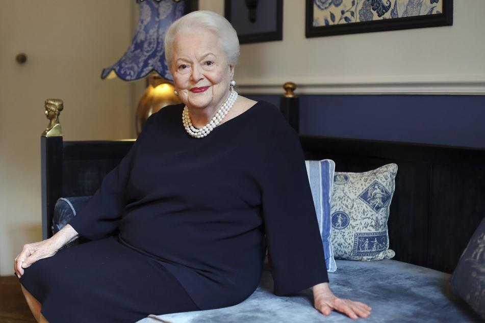 Eine Dame durch und durch: De Havilland sitzt im Alter von 100 Jahren auf einem Sofa.