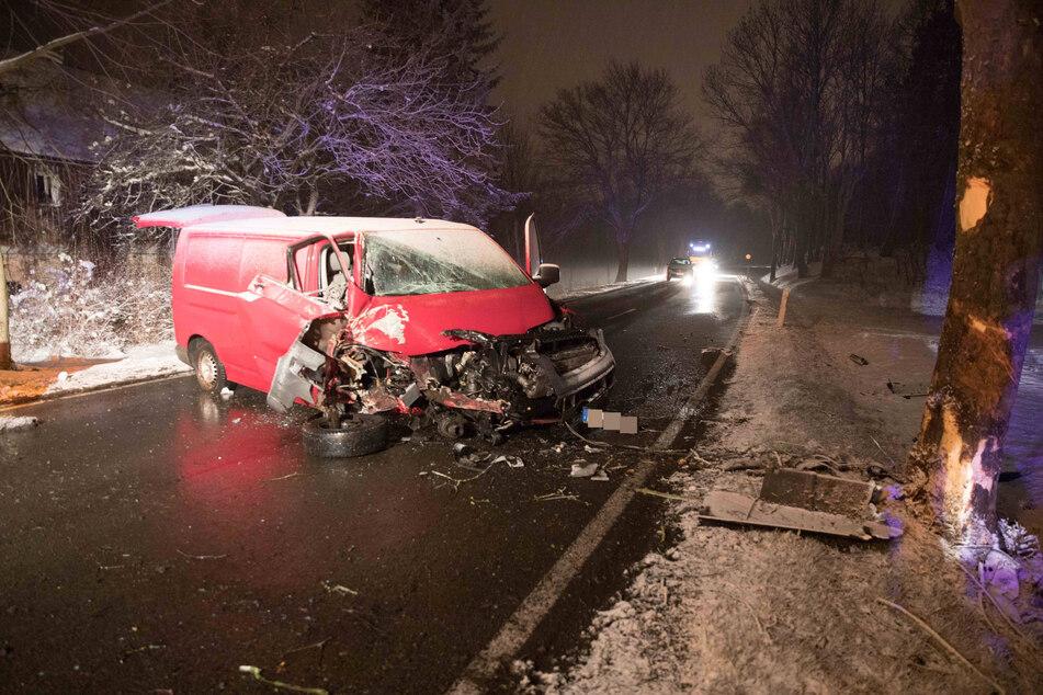 Ein Transporter-Fahrer (30) krachte am Mittwochabend auf der B101 mit seinem Fahrzeug gegen einen Baum.