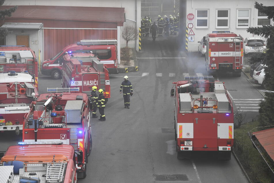Feuerwehrleute sind mit einem Großaufgebot im Einsatz.