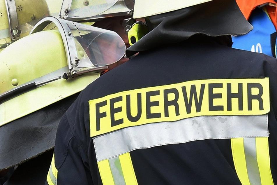 Die Feuerwehr verhinderte ein Übergreifen der Flammen auf ein angrenzendes Gebäude. (Symbolbild)