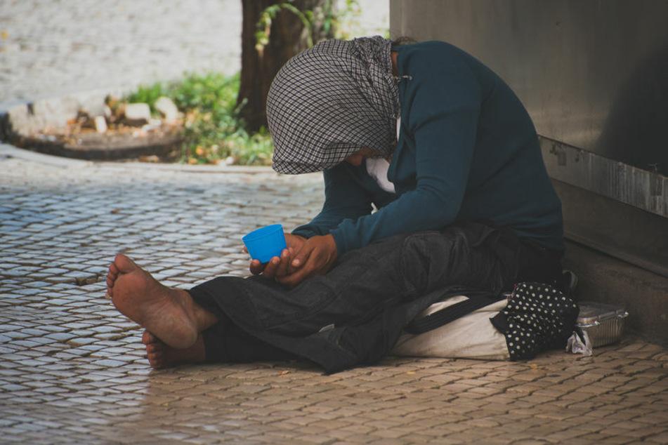 Dreiste Bettler bedrängen Menschen vor ihrer Wohnung und dringen sogar ins Haus ein