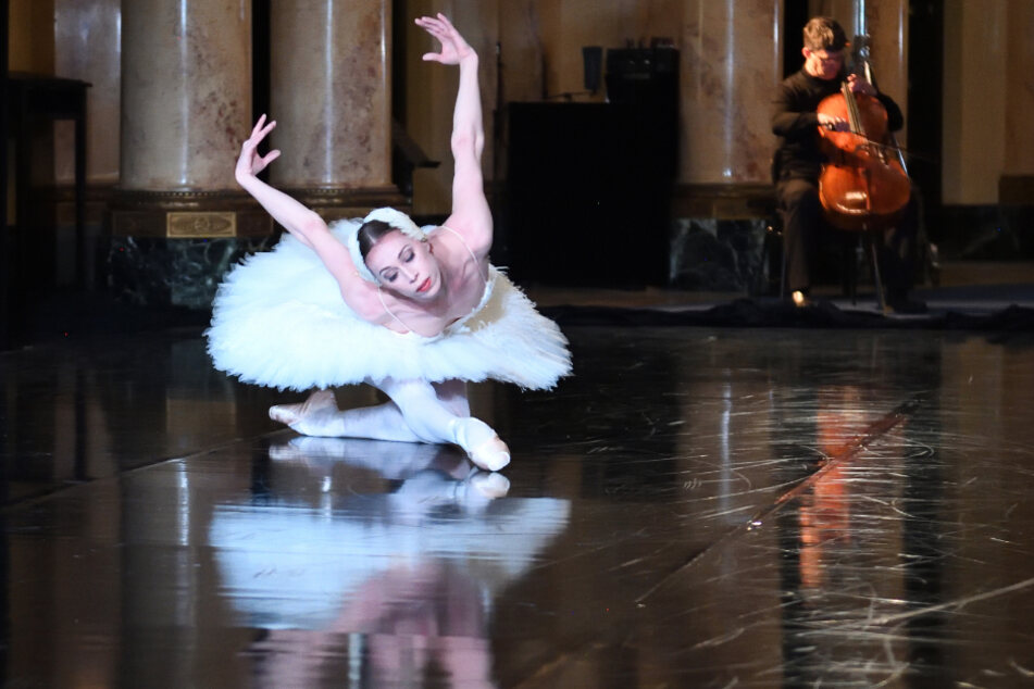 Tänzerin Anna Osadcenko tanzt während einer Probe zu dem Theaterparcours.
