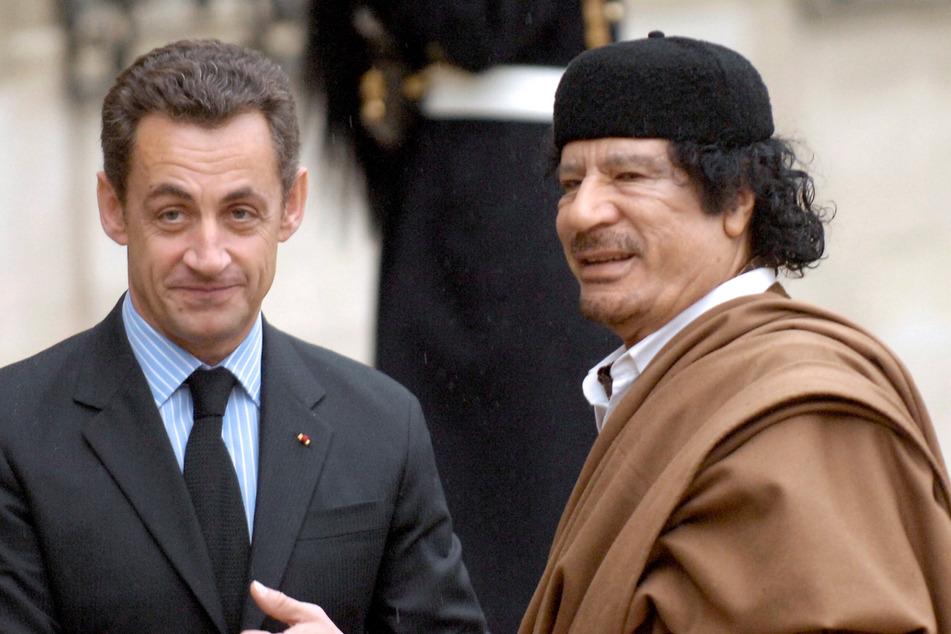 Sarkozy mit dem ehemaligen libyschen Machthaber Muammar al-Gaddafi: Angeblich soll zwischen Frankreich und Libyen illegales Geld geflossen sein. (Archivbild)