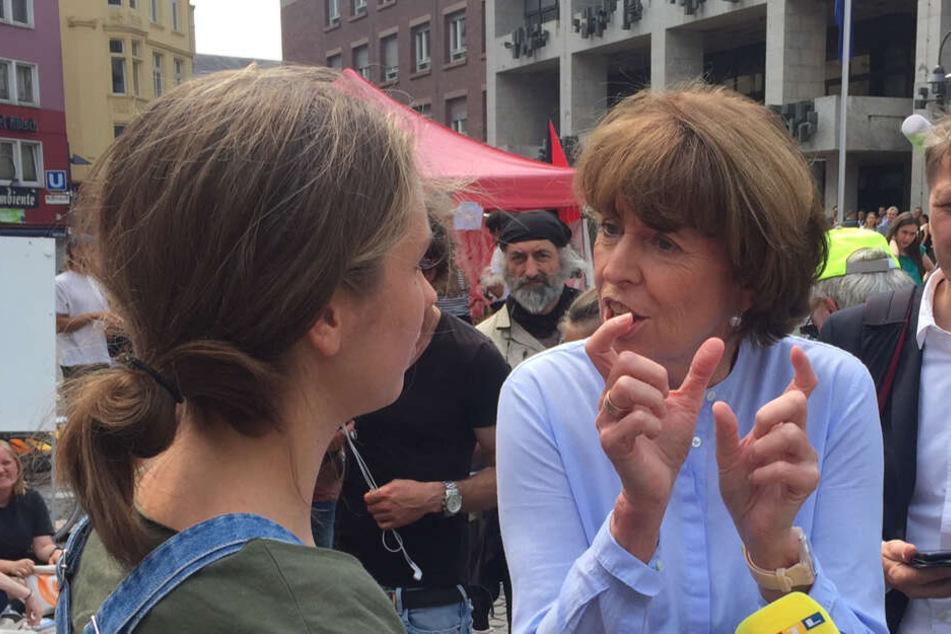 Henriette Reker versuchte im Gespräch mit einer Schülerin zu vermitteln, dass es neben dem Klimaschutz auch noch andere Themen gibt.