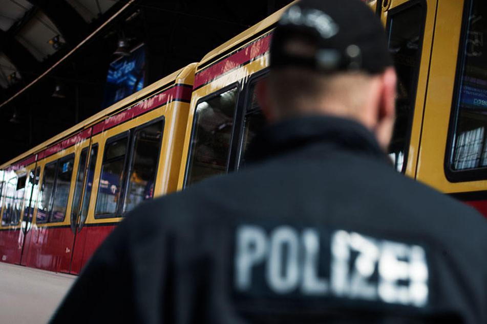 Mann an S-Bahnhof durch Messerstiche schwer verletzt