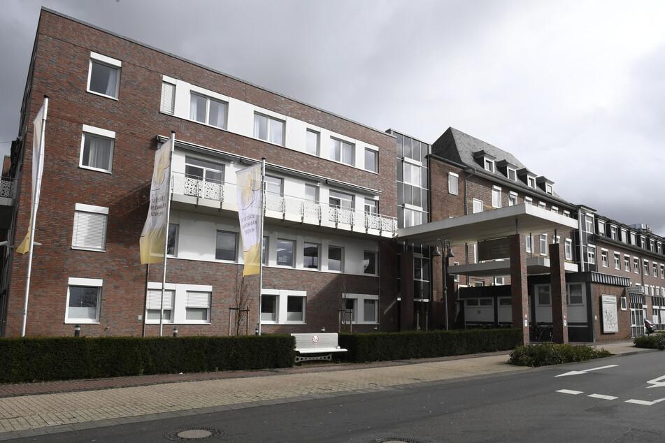 Im Kreis Heinsberg in Nordrhein-Westfalen ist ein weiterer mit dem Coronavirus infizierter Patient gestorben.