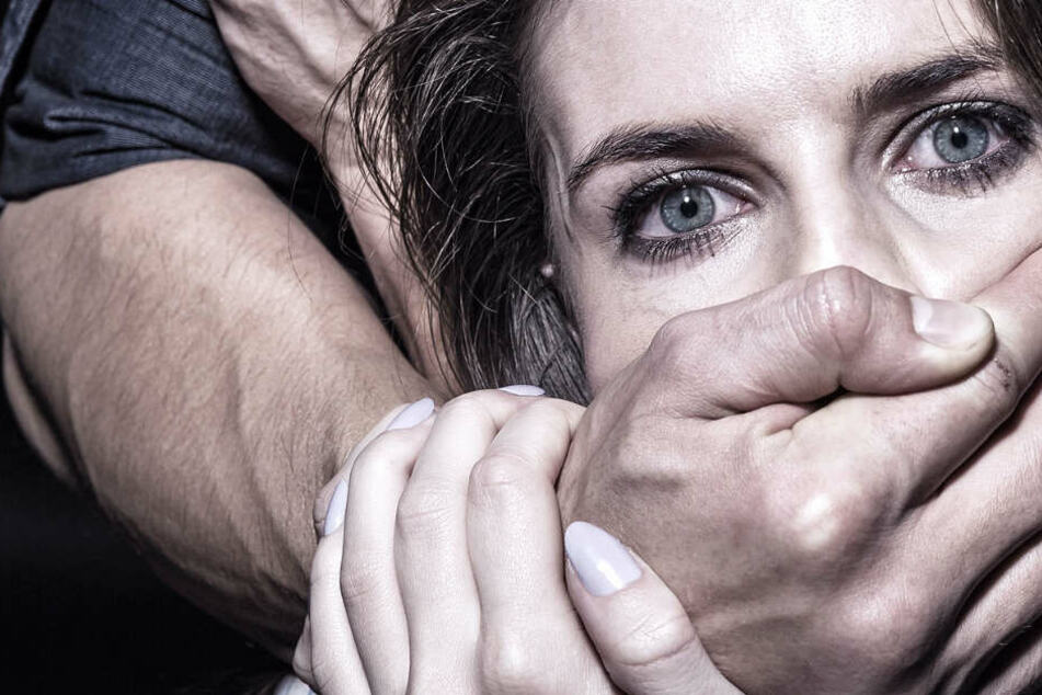 Der Täter attackiert die Frauen oft von hinten und hält ihnen den Mund zu (Symbolbild).