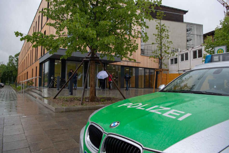 Ein Polizeiauto steht vor der Rupert Egenberger Schule in München. Die Polizei hat nach einer Durchsuchung der Räume am Dienstag nichts gefunden.