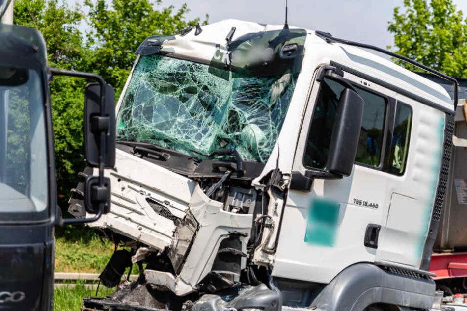 Führerhaus zerquetscht! Schwerer Laster-Unfall legt A5 lahm