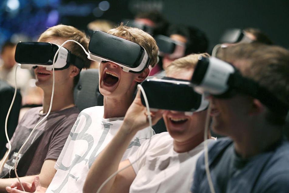 Besucher erleben mit VR-Brillen die virtuelle Realität.