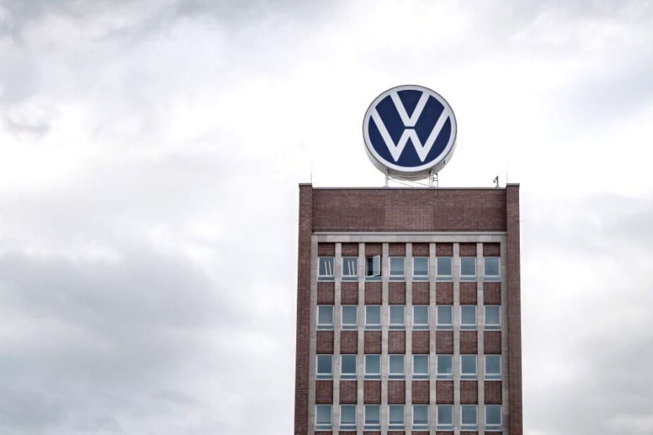 Das VW-Logo auf dem Verwaltungshochhaus.