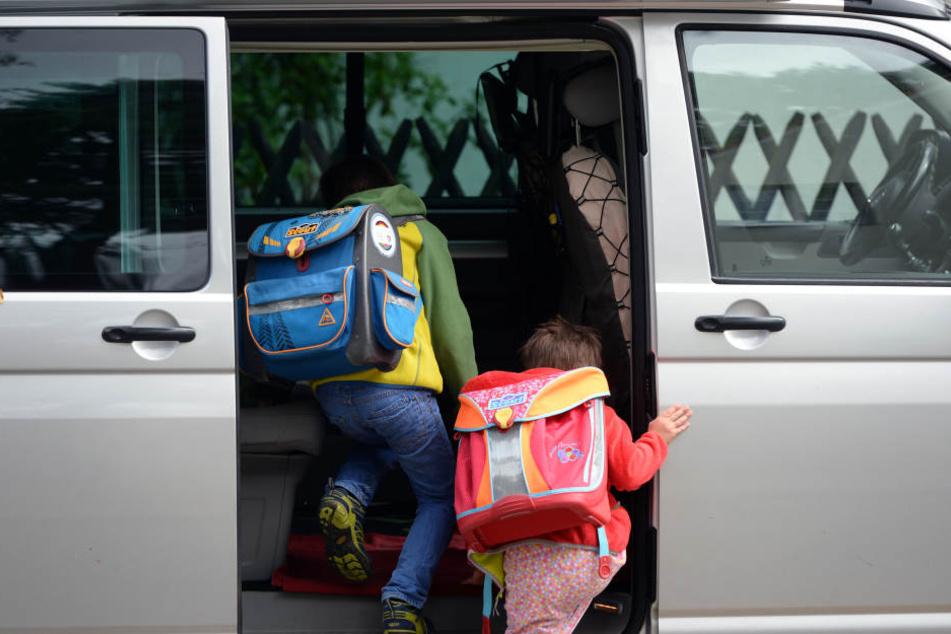 Um den Nachwuchs sicher zur Schule zu bringen, halten viele Eltern direkt vor dem Schulgebäude. (Symbolbild).