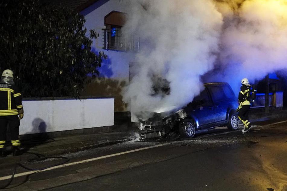 Zwei Caddys und ein Renault wurden in Brand gesetzt.